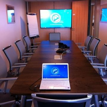Salle de réunion écran mural
